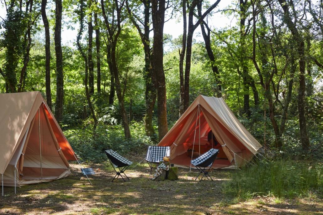 Tentes montées dans une clairière… avec le confort d'un vrai lit!