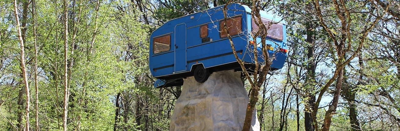 Une caravane sur un menhir : Keravane