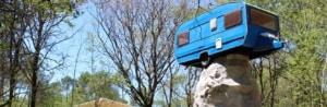 Une cabane dans une caravane perchée sur un menhir
