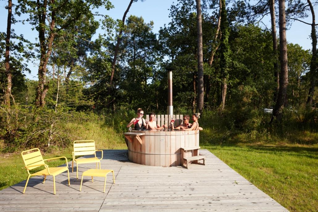 Bain Nordique : capacité 6 personnes, chauffé au poêle à bois à 37°
