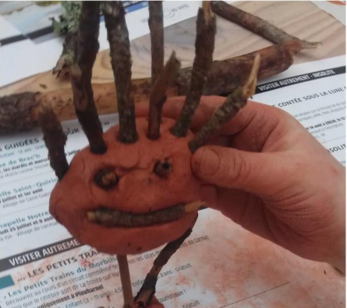 Un petit monstre réalisé à partir d'éléments naturels de la forêt